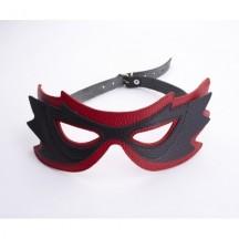 Маска на глаза с разрезами красная с черным