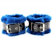 Наручники из черной лаковой кожи с нежным синим мехом