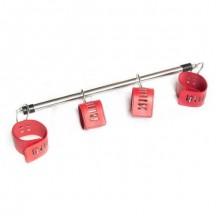 Металлическая распорка с красными браслетами на карабинах