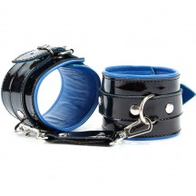 Наручники из черной лакированной кожи с синим подкладом